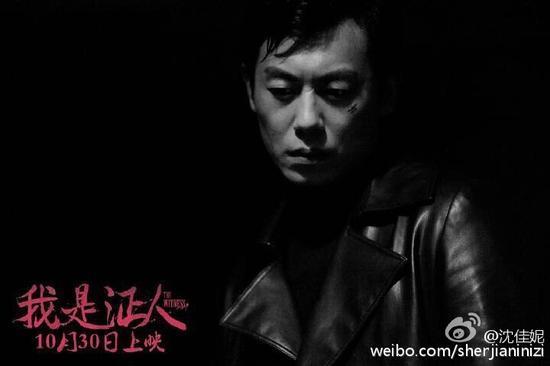 电影海报帅照,照片中,朱亚文穿着黑色皮衣,表情严肃而冷酷,非常的帅图片