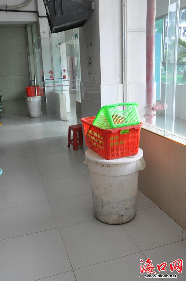 学校食堂内乱摆放的垃圾桶