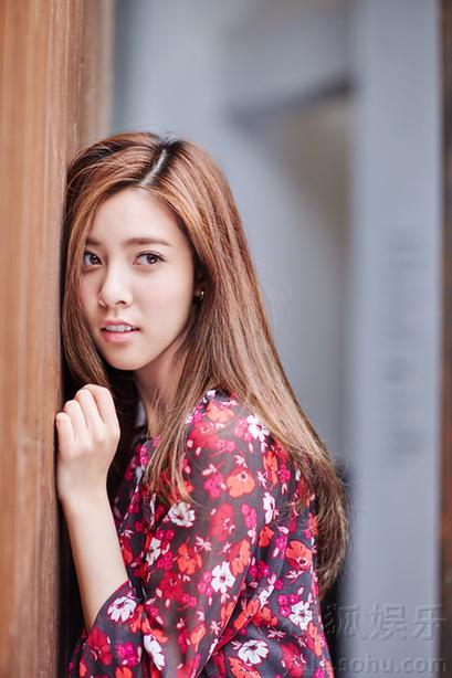 宋妍霏萌系少女写真 丸子头尽显俏皮可爱-广西新闻网