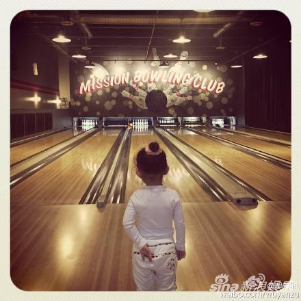 吴彦祖女儿打保龄球