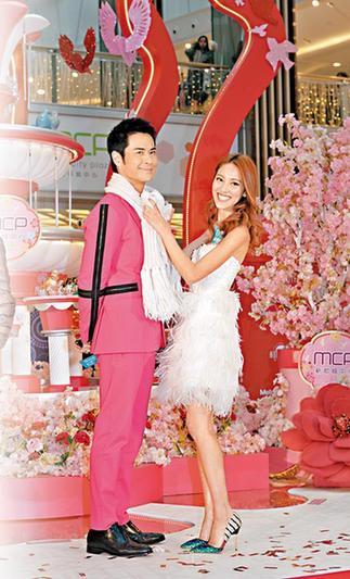 陈凯琳帮男友郑嘉颖围上围巾,甜蜜满泻
