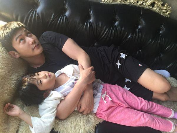 陆毅怀抱小女儿躺沙发上仰望天空
