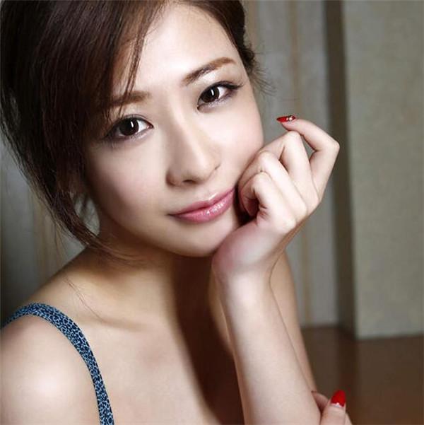 日本东京六本木的酒店女公关神室舞衣拍摄了一组性感写真,走红网络.