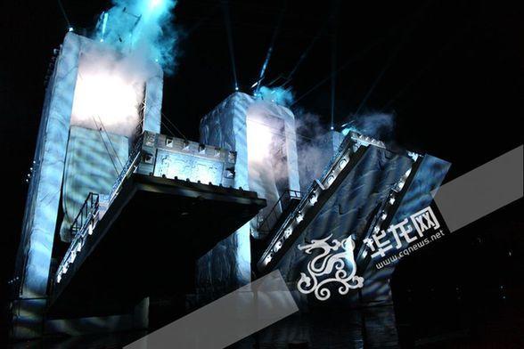 《烽烟三国》舞台道具设计独特,当火烧赤壁一幕开始时,五虎将立面石柱
