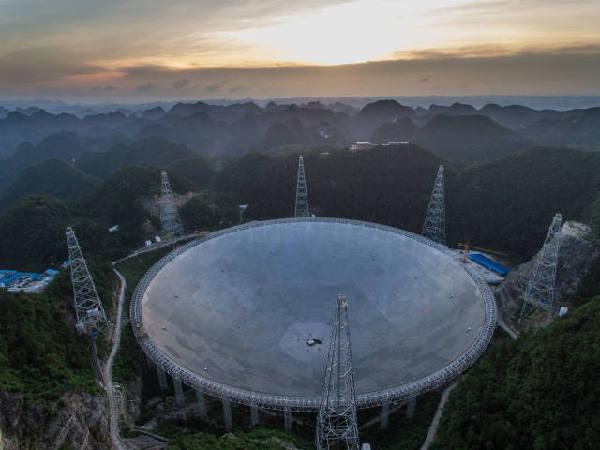望远镜(fast)反射面板将于近日安装完成,在不同的光线环境下,天眼呈现