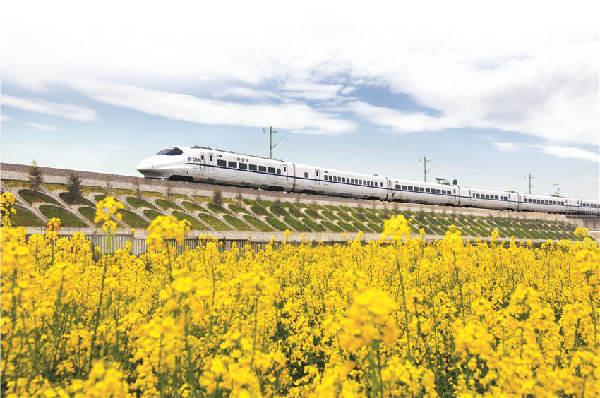 欢迎您搭乘长沙磁浮快线,10分钟后将到达樃梨站,19分钟后将到达终点机场站。2016年5月6日,随着磁浮快线穿梭出长沙火车南站,我国首条中低速磁浮线路正式投入试运营,不仅缩短了长沙高铁站与机场的距离,更刷新了长沙高铁新城建设的新速度。   地面立体交通网提前规划审批、项目建设超预期推进落地、职能部门创新加快办事流程这一系列的转变让高铁新城走在长沙建设的最前列,逐渐辐射到长株潭经济圈,从而加快长沙整体发展。   交通枢纽 立体交通打造快捷新城   平稳、高速、舒适、方便,这是本网记者