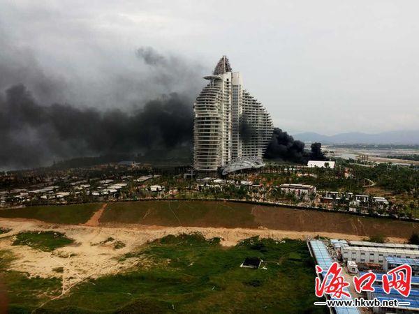 三亚海棠湾红树林酒店工地电焊引燃泡沫箱 现场浓烟滚滚