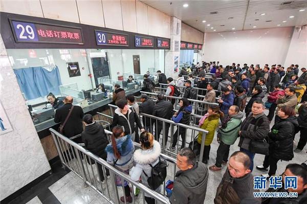 12月15日,旅客在河北省邢台市火车站互联网售票自取专区内取票。当日,2017年春运火车票在网络、电话平台率先开售。火车站售票窗口开售则从17日开始。 2017年铁路春运从1月13日起至2月21日止,全国铁路预计发送旅客3.56亿人次,同比增加3156万人次。网购火车票预售期从以往的60天调整为30天,车站、代售点、自动售票机由58天调整为28天。   12月15日,旅客在河南省郑州市火车站售票厅买票。当日,2017年春运火车票在网络、电话平台率先开售。火车站售票窗口开售则从17日开始。 2017年