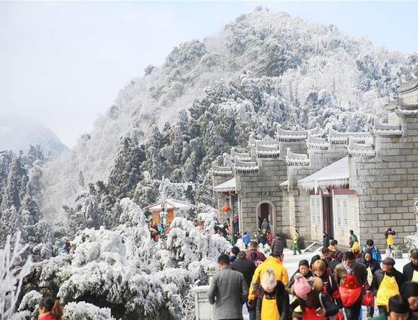 湖南衡阳南岳衡山风景区迎来降雪,白雪装扮下的景区玉树琼枝,美不胜收