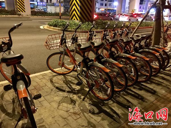 共享单车未停放在划线区域.