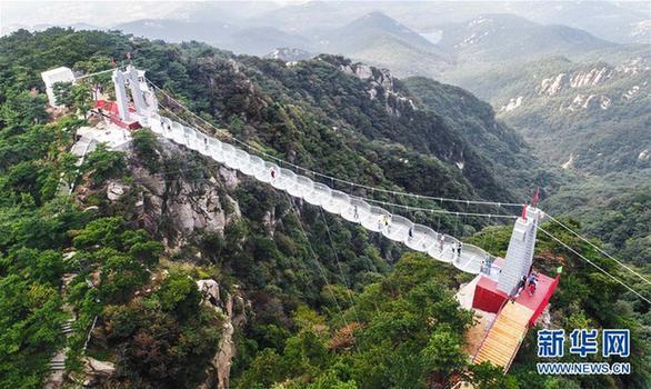精彩图片     国庆节前,山东临沂沂蒙山龟蒙景区160米长的3d玻璃桥