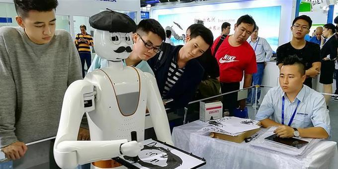 (新华网)(1)会画人像的机器人