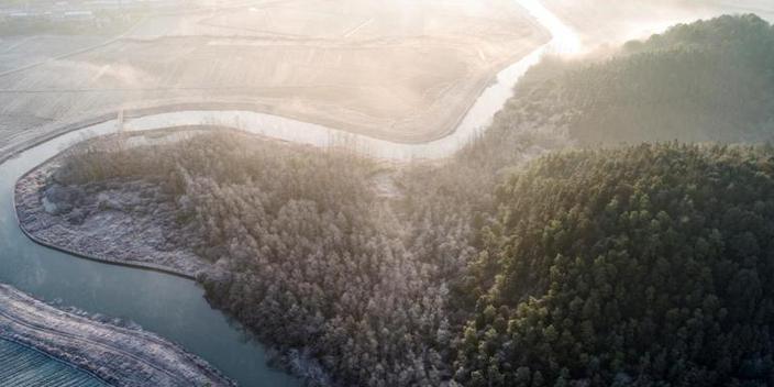 冬日航拍江西仙女湖 半山苍翠半山霜