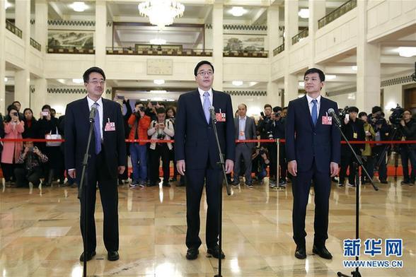 (两会·XHDW)(1)全国政协委员接受采访