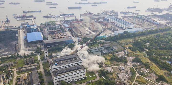 #(经济)(3)江苏南通120米高烟囱成功爆破