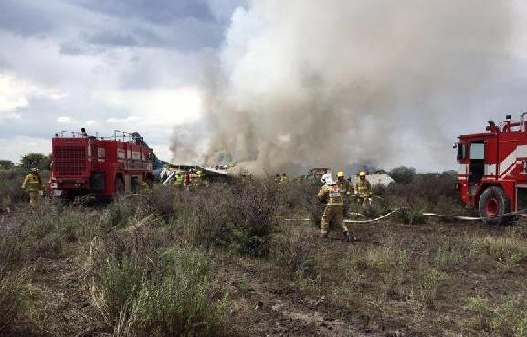 (国际)(1)墨西哥一架民航客机坠落