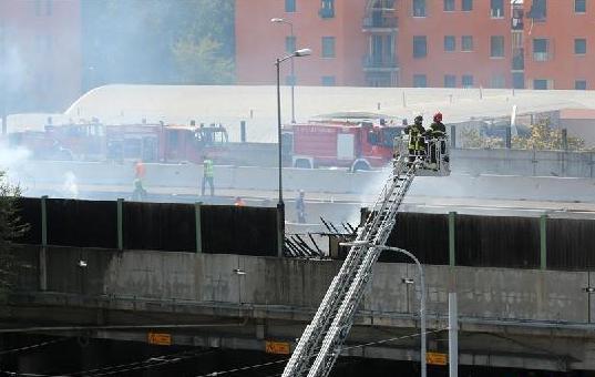 (国际)(2)意大利博洛尼亚发生油罐车爆炸 两人死亡数十人受伤