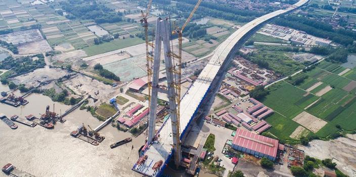 (经济)(1)武汉青山长江大桥主跨首节钢梁架设成功