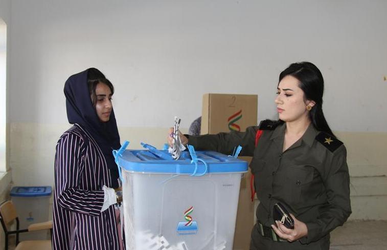 (国际)(1)伊拉克库区安全人员提前参加议会选举投票