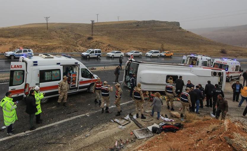 (国际)(1)土耳其客车翻车致7人死亡