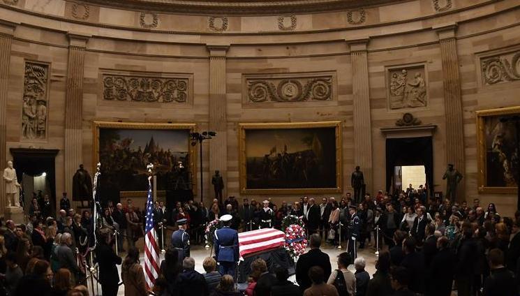 (国际)(2)老布什停灵国会 民众排队悼念