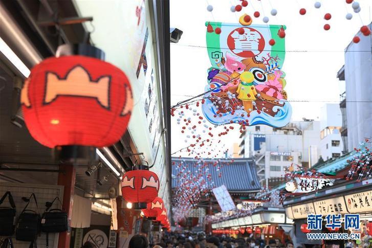 (国际)(1)日本东京:新年饰品点缀传统商业街道