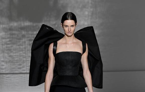(国际)(2)巴黎高级定制时装周——纪梵希展示新品时装
