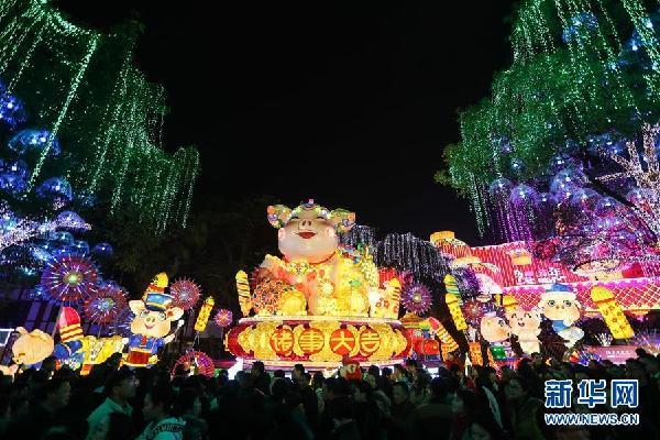 (社会)(1)四川自贡国际恐龙灯会亮灯