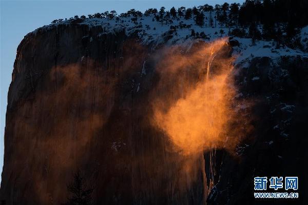 """(国际)(1)美国约塞米蒂国家公园现""""火瀑布""""奇景"""