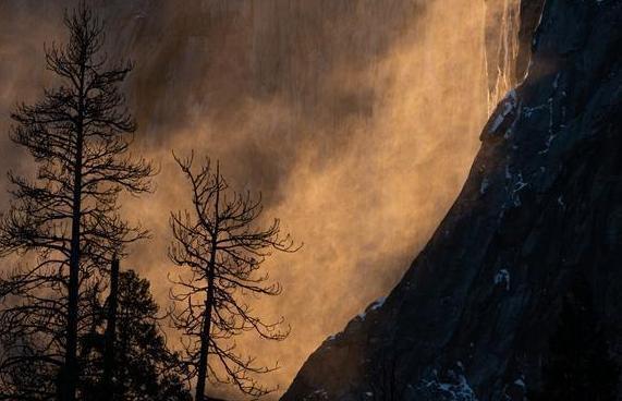 """(国际)(2)美国约塞米蒂国家公园现""""火瀑布""""奇景"""