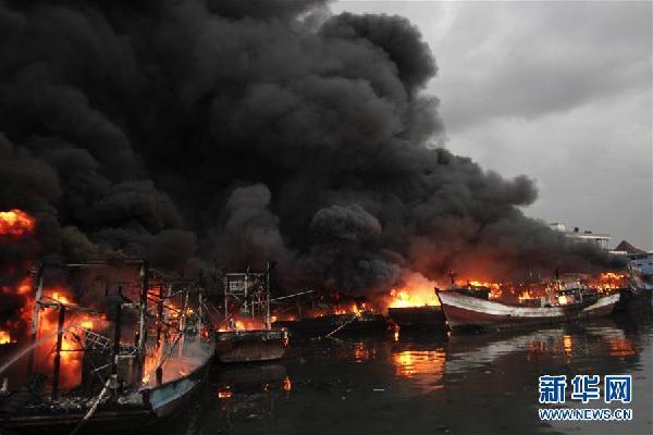 (国际)(1)雅加达一处港口发生火灾