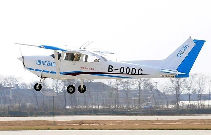 (经济)(1)国产小鹰-700飞机成功首飞
