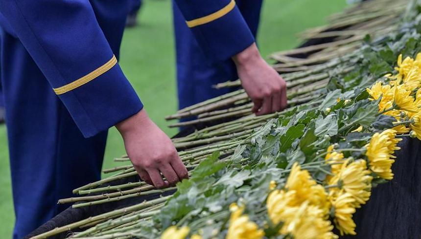 (社会)(9)四川木里森林火灾扑救中英勇牺牲烈士悼念活动在西昌市举行