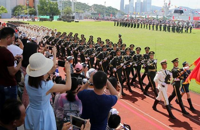 """(图文互动)(7)解放军驻港部队开放海军基地与市民同庆""""七一"""""""