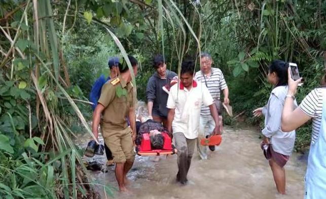 (国际)(1)中国旅游团在老挝遭遇车祸多人伤亡