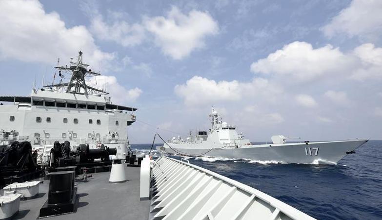 (军事)(1)海军第33批护航编队首次进行海上补给