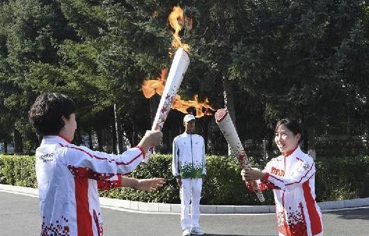 (军运会·图文互动)(2)第七届世界军人运动会火炬传递活动在空军航空排列5大学 举行