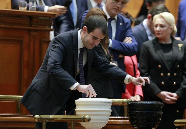 (国际)(3)罗马尼亚议会通过对政府的不信任案