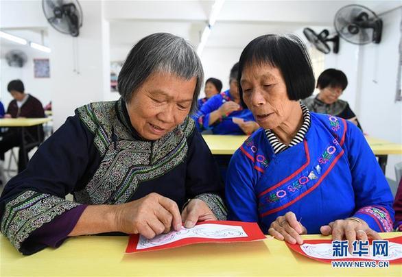 (社会)(1)广西罗成:学刺绣 促致富