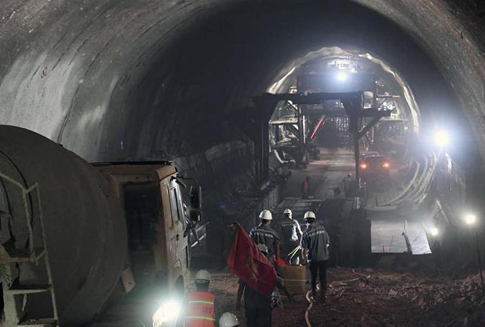 (经济)(3)玉磨铁路三家村隧道顺利贯通