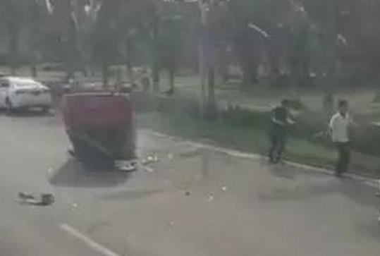 视频截图。(网友提供)   今日上午9时许,海口滨海大道和粤海大道交叉口处发生两起交通事故,导致一辆红色轿车翻倒在路边,所幸两起事故均未造成人员死亡,目前,交警还在现场做进一步处理。   从途经现场群众拍摄的视频中可以看出,一辆红色轿车四脚朝天翻到在路边,车周围散布着破损的零件。此外,视频中有人说看到轿车驾驶员被困在车中。