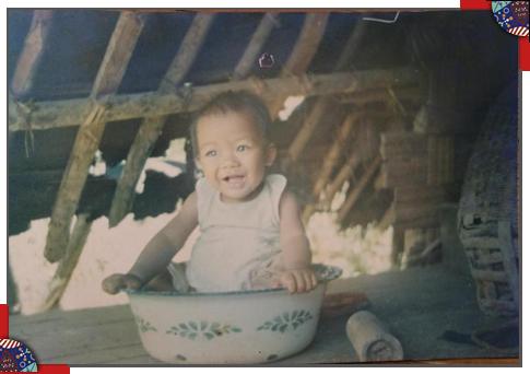 一岁时的魏艺红在家里。
