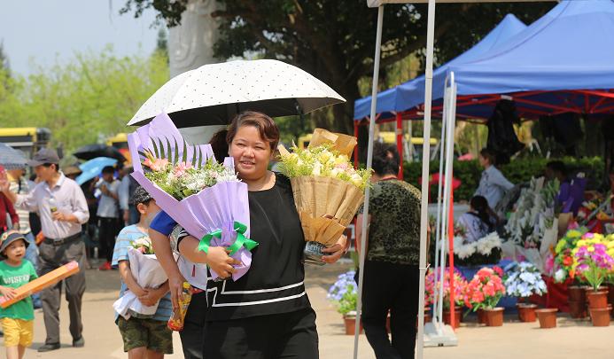 又是一年清明时 海口市民鲜花祭祀传思念