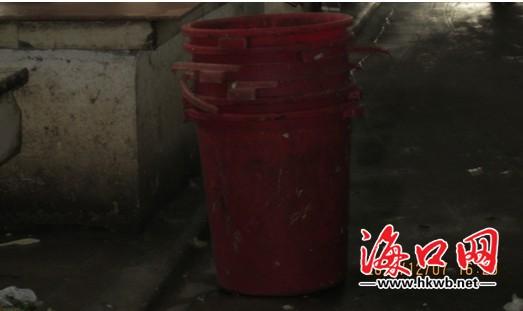 存在问题:市场内的垃圾桶都未密闭加盖
