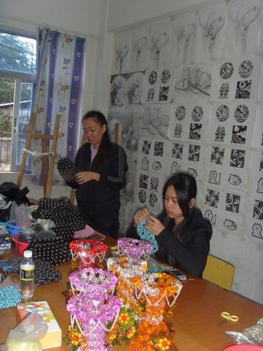 学生在制作手工艺品 国际旅游岛商报记者 吴静 摄