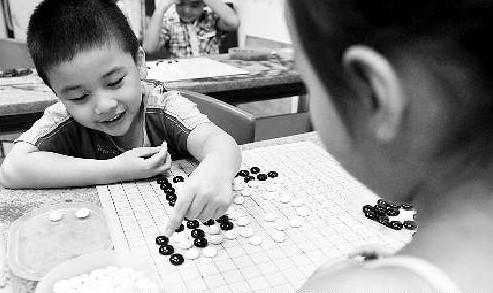 孩子们正在省图书馆儿童围棋班下围棋