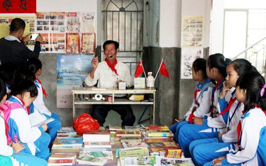 关心青少年成长 海口龙泉镇古稀老人自建图书室办讲座