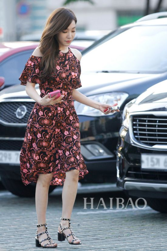 少女时代组合成员黄美英 (Tiffany) 2016年5月16日明星街拍:身着A.L.C.印花裙搭配Valentino Rockstud铆钉系列粗跟凉鞋