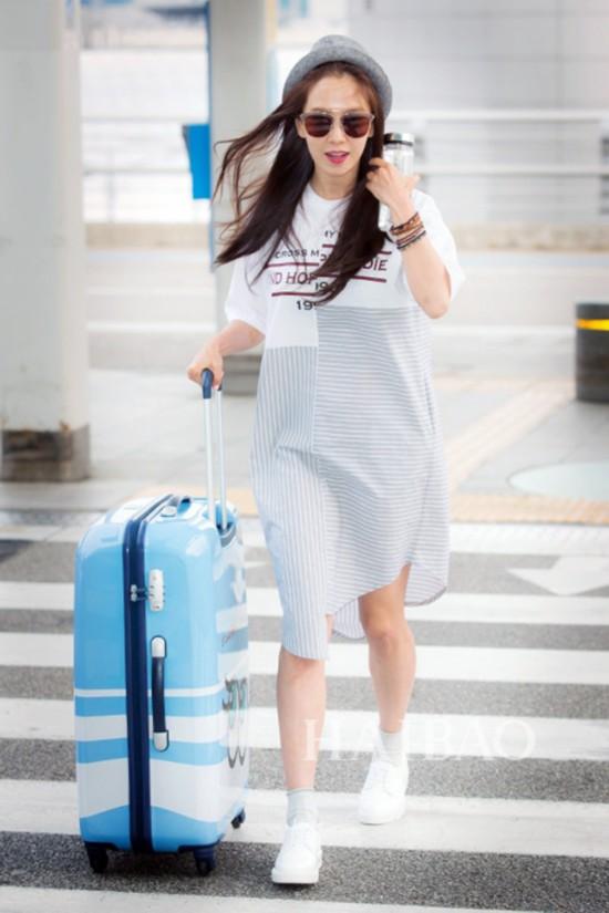 宋智孝2016年5月14日韩国仁川机场街拍:身着Stylenanda衬衫裙,拖Samsonite Red x Playnomore合作系列旅行箱前往夏威夷