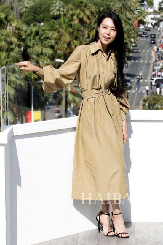 金敏喜身着Celine 2016早秋系列衬衫裙现身2016第69届戛纳电影节《小姐》宣传活动